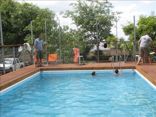 בריכת שחיה שפתוחה בעונת הקיץ בלבד