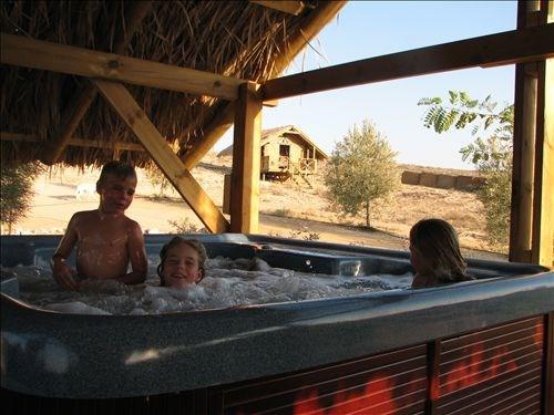 מקלחות/שירותים ליד האוהל